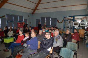 le public écoute Dominque Senay